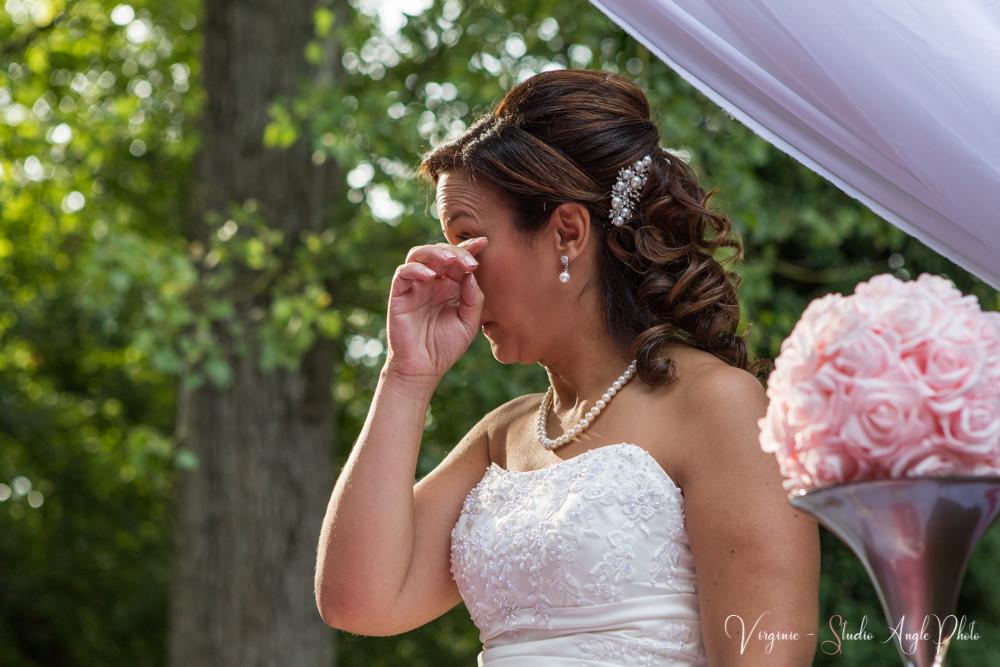 la mariée est émue par le discours