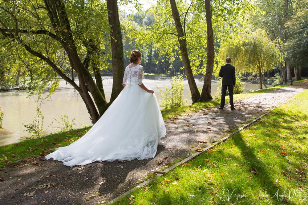 le marié attend sa future épouse dans le parc