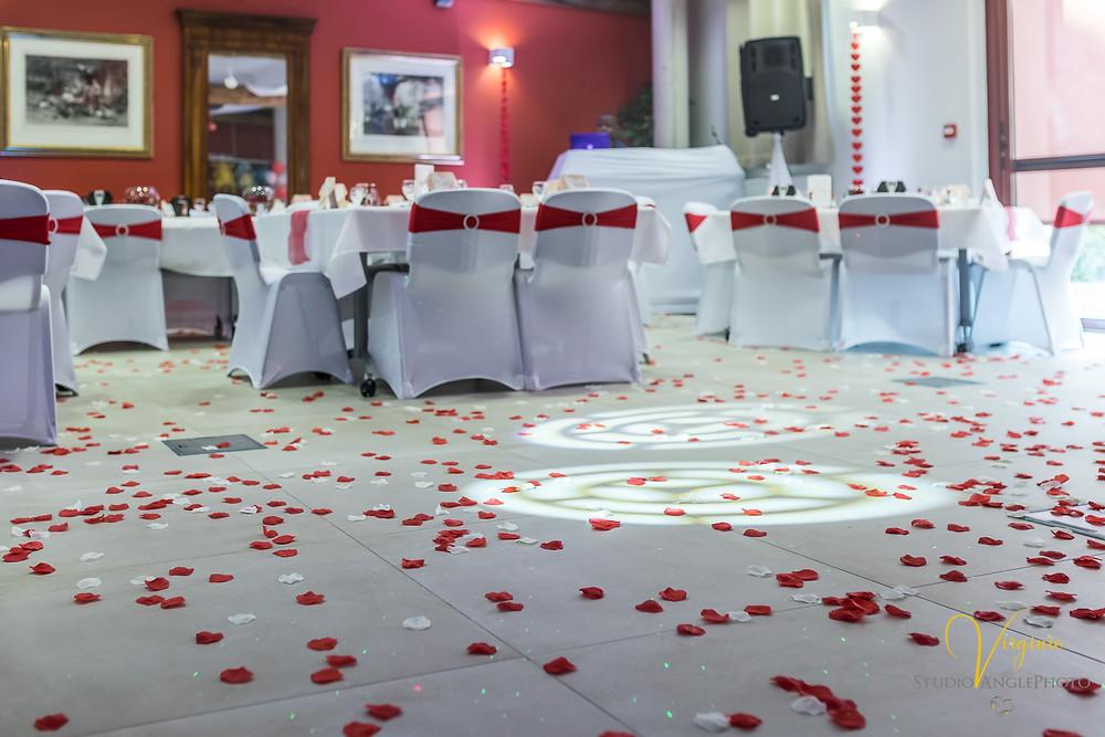 pétales de fleurs blanches et rouges au sol