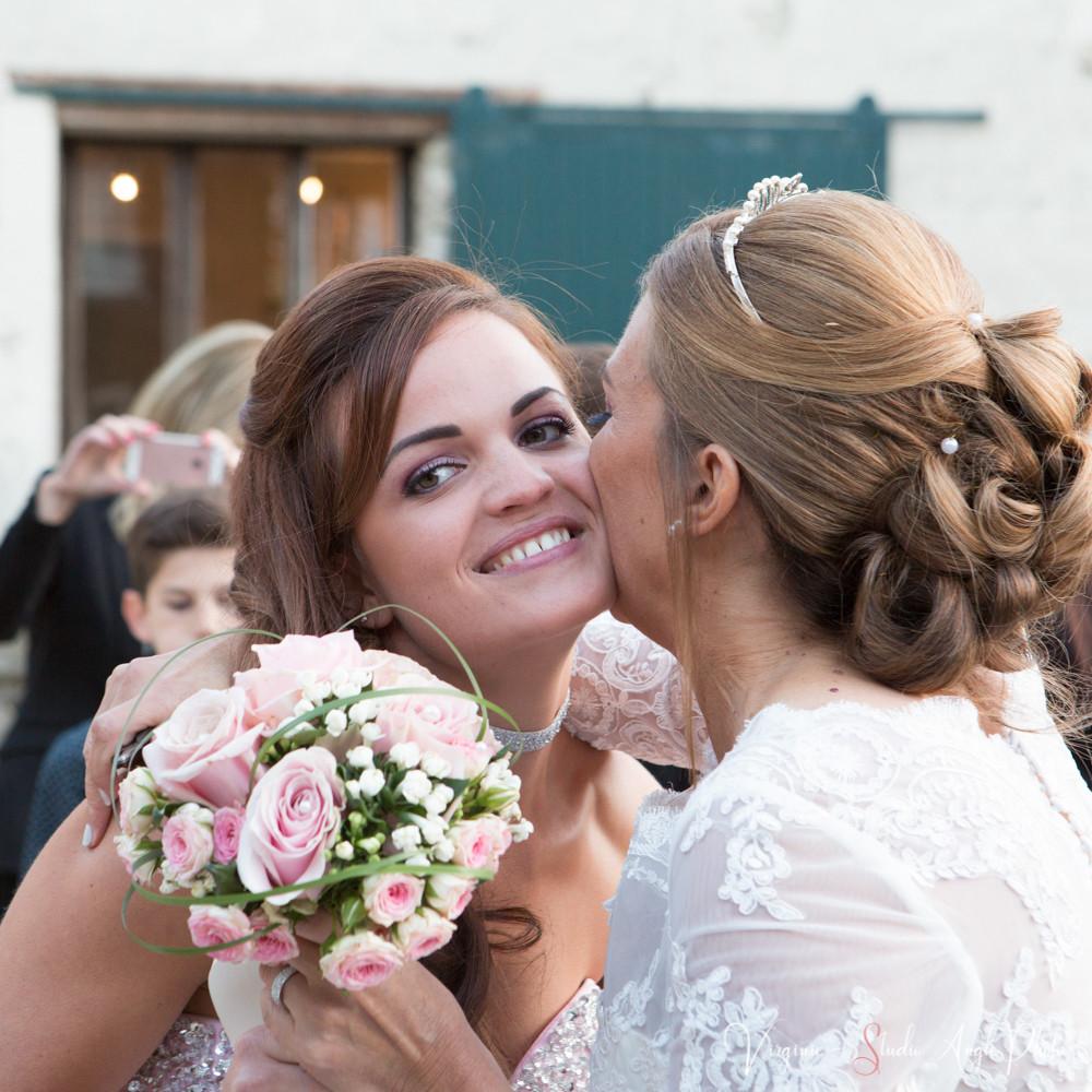 jeune fille qui reçoit le bouquet de la mariee
