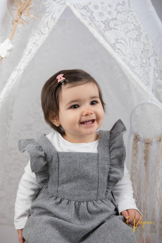 portrait de la petite fille pour son premier anniversaire