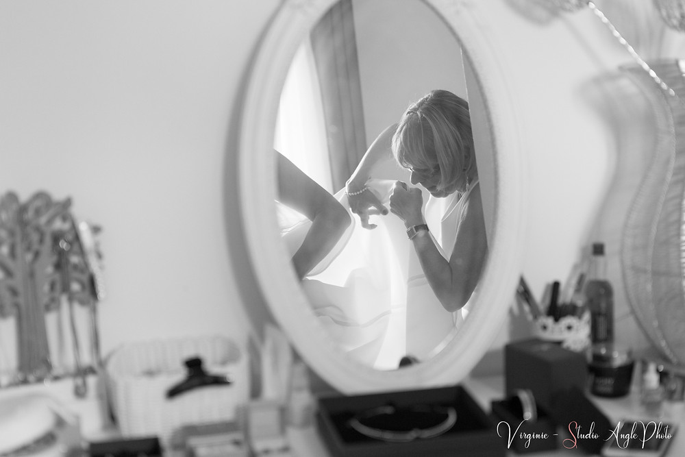 reflet dans la miroir lors de l'habillage de la mariee