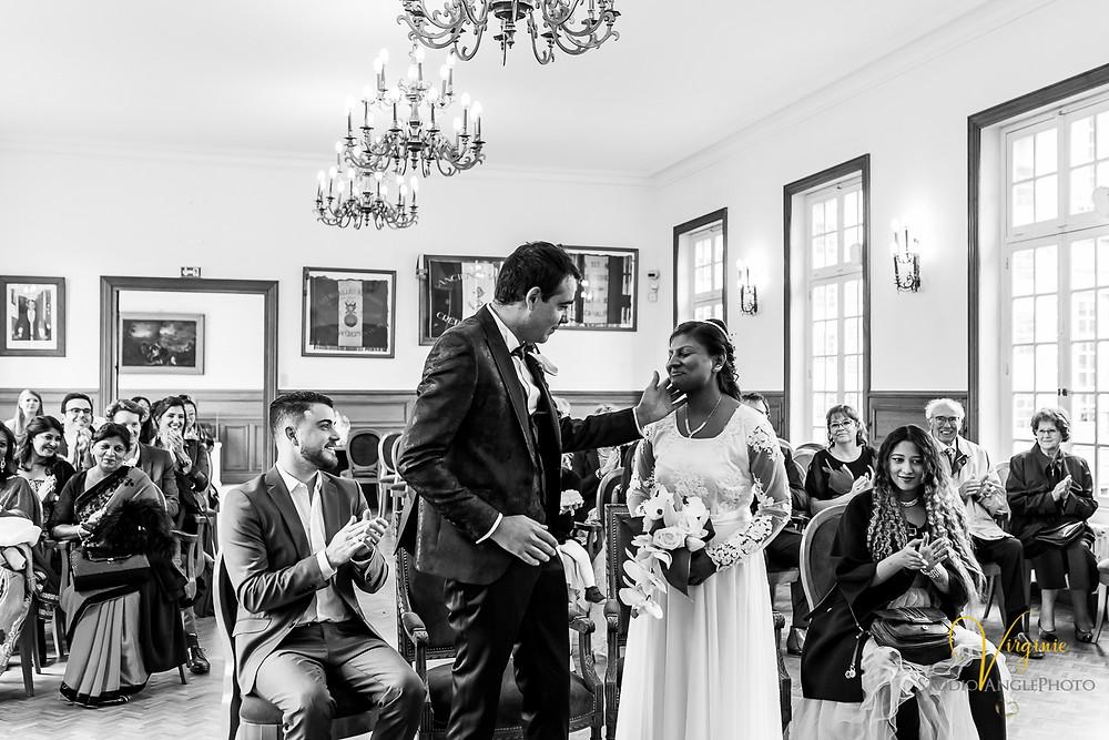 le marié caresse la joue de sa future femme pendant la cérémonie