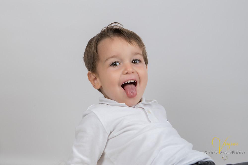 le petit garçon tire la langue