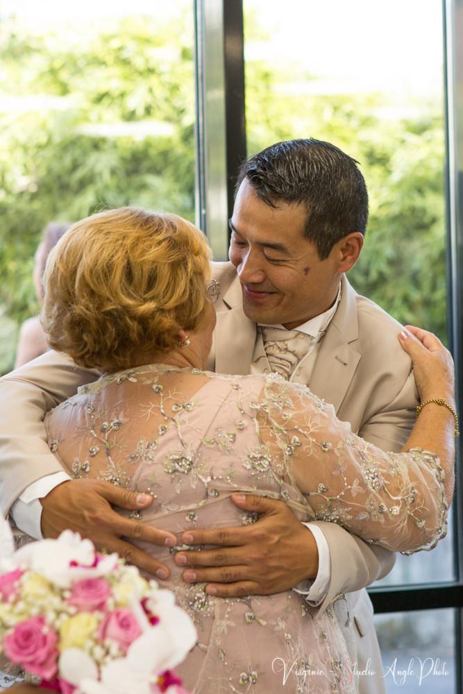 le mariée embrasse sa belle mère