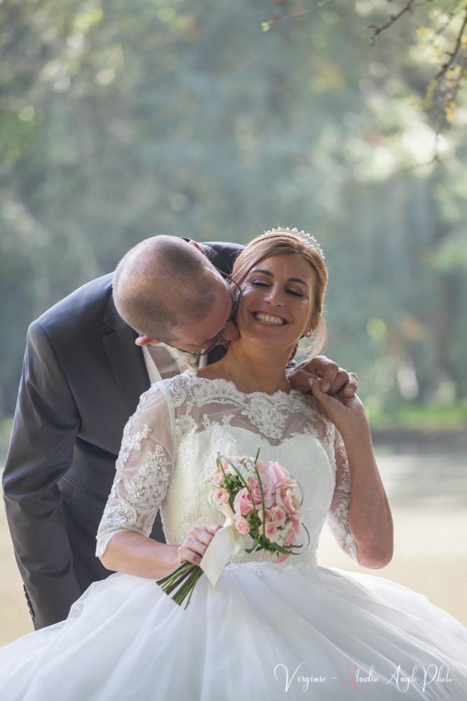 le marié embrasse sa chérie dans le cou