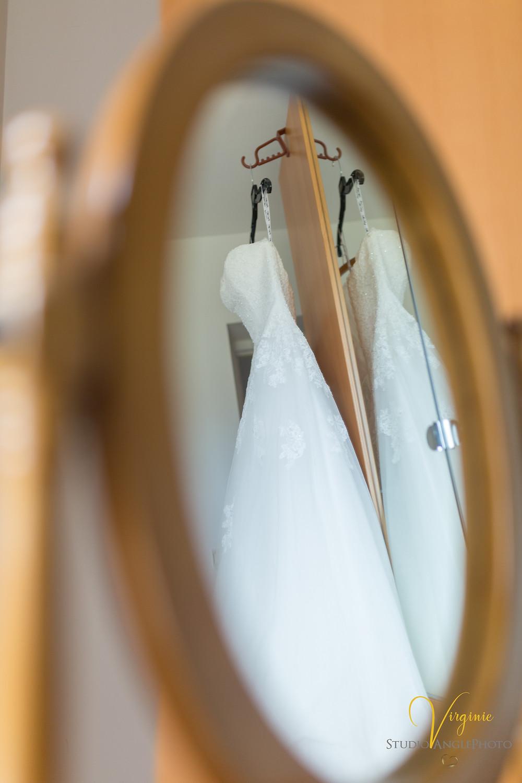 reflet dans le miroir de la précieuse robe de mariée