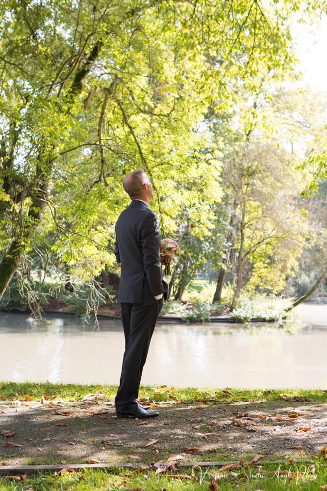 le marié est stressé en attendant de découvrir la mariée dans sa robe
