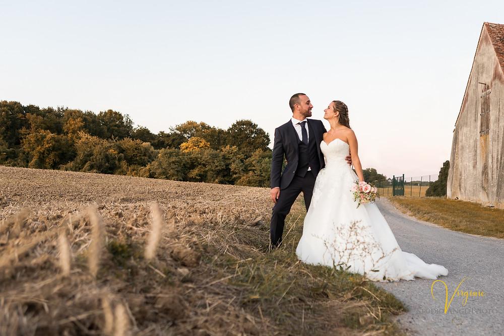 les mariés se regardent pendant leur photo de coule