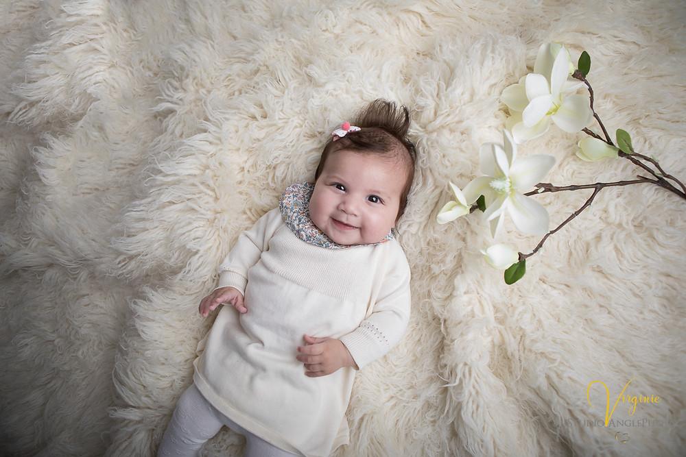sourire d'un bébé de 4 mois