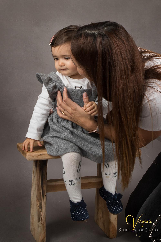 maman dépose un baiser sur la joue de sa fille