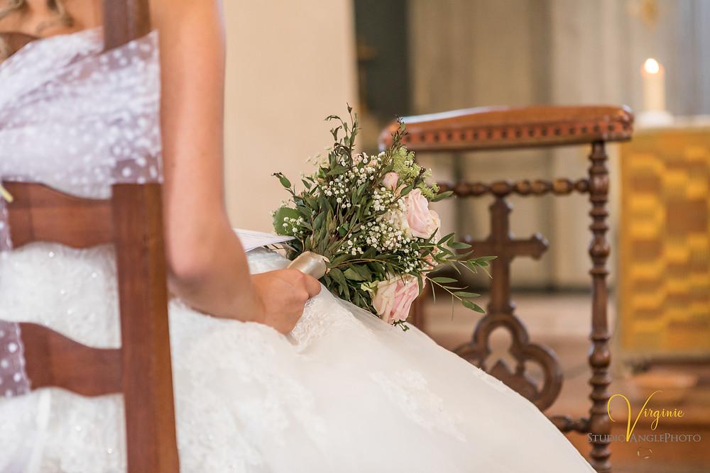 gros plan sur le bouquet de la marié à l'église