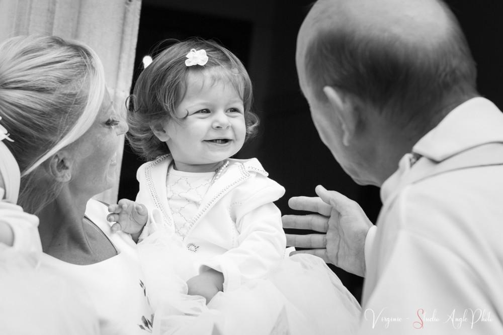 le prêtre accueille l'enfant
