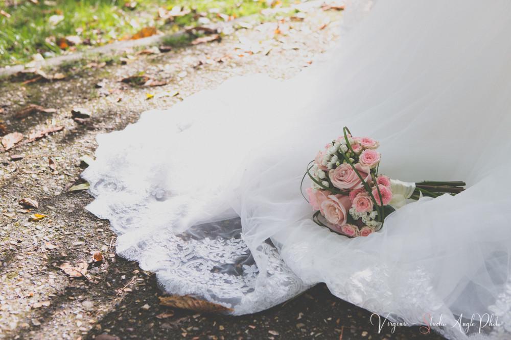 le bouquet de la mariée sur sa traine