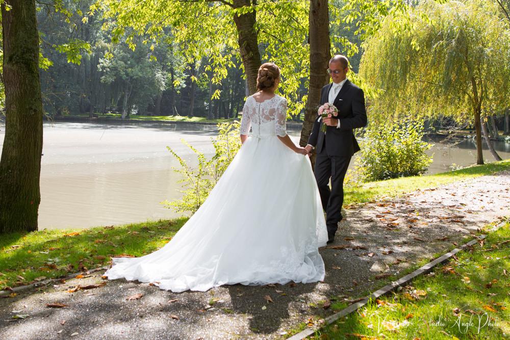 le marié découvre sa femme dans sa robe