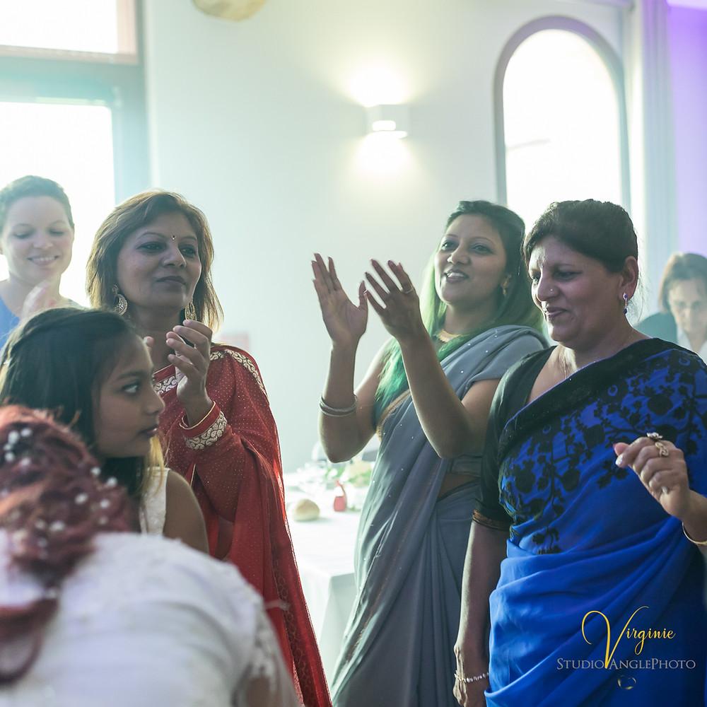 la famille mauricienne du côté de la mariée danse