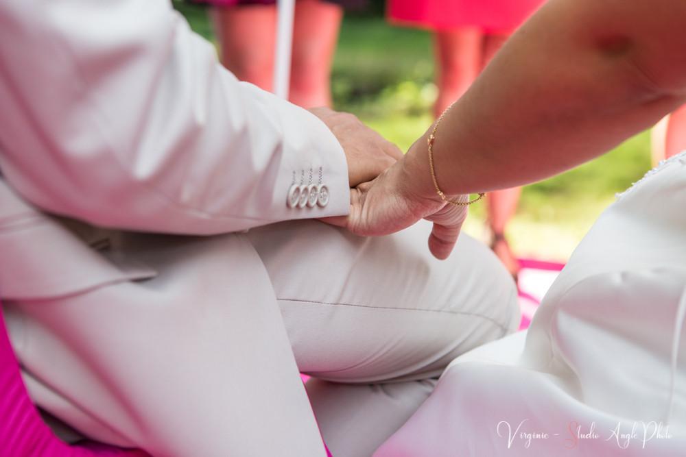 les futurs époux se tiennent la main