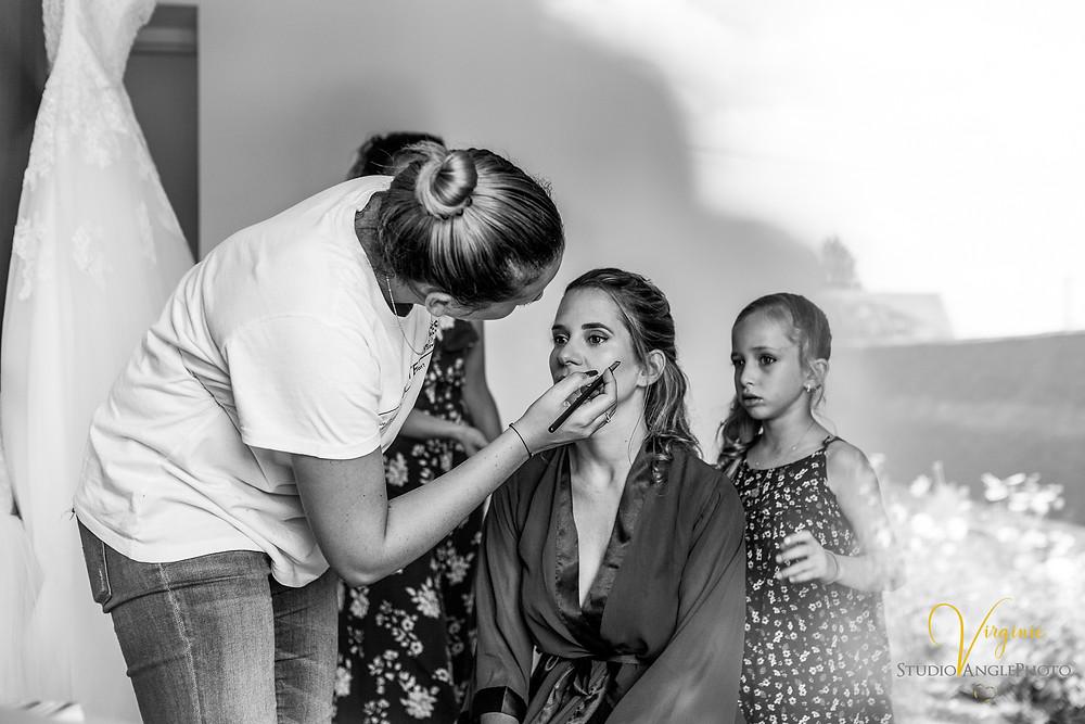 maquillage de la mariée sous le regard de sa fille