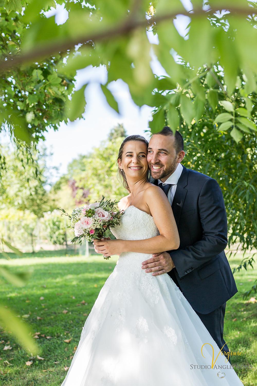 portrait de couple sous un arbre