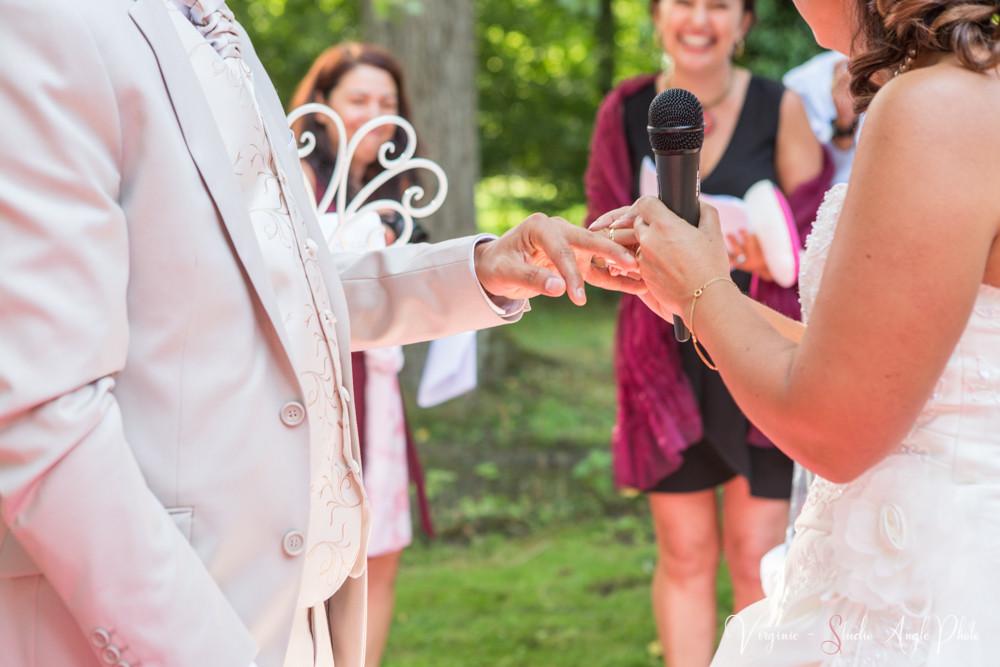 la mariée passe l'alliance au marié