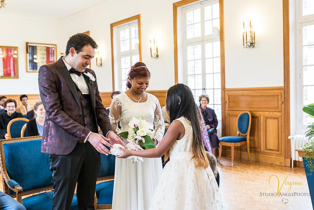 la jeune fille apporte les alliances aux mariés