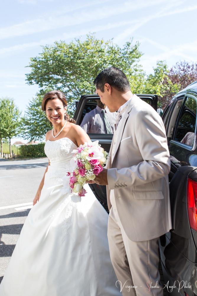 le marié accueille la mariée devant la mairie