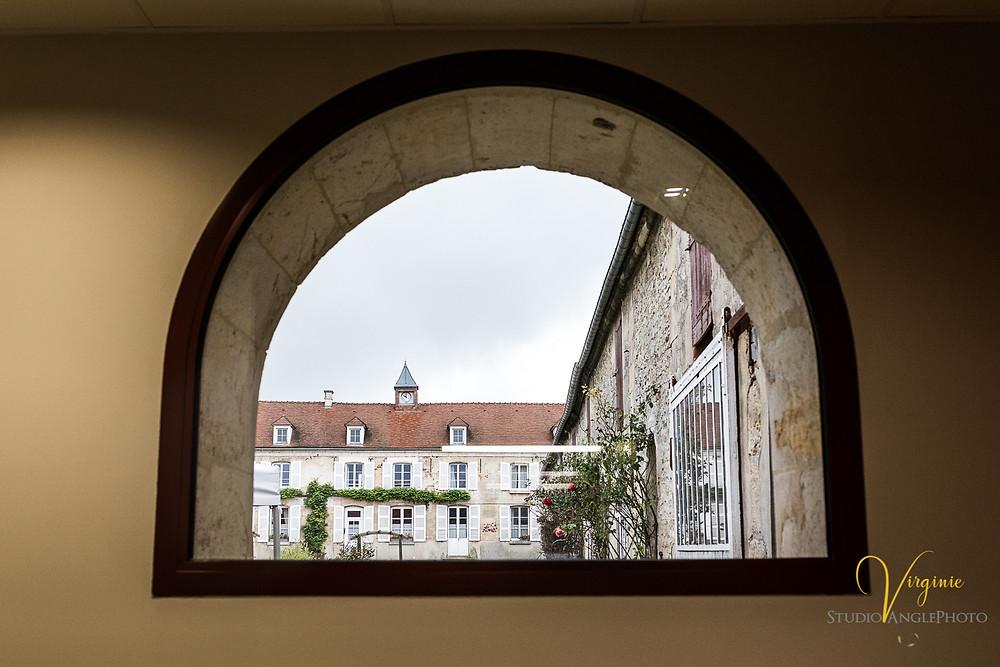 vue de l'extérieur de la salle par une fenêtre en demi cercle