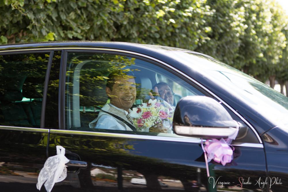 le marié arrive à la mairie