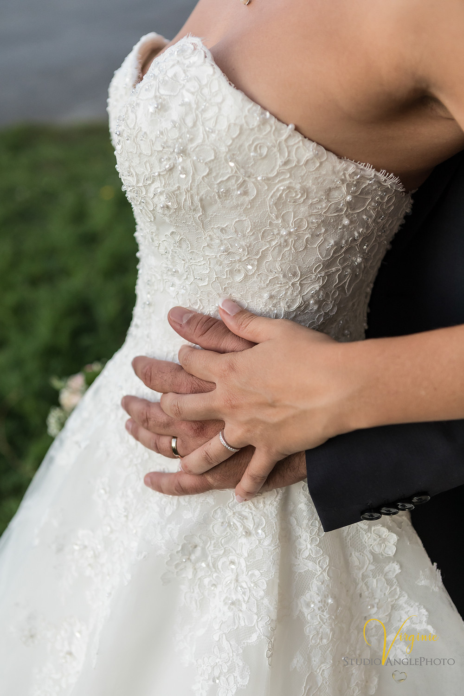 les alliances des mariés et détails de la robe de mariée