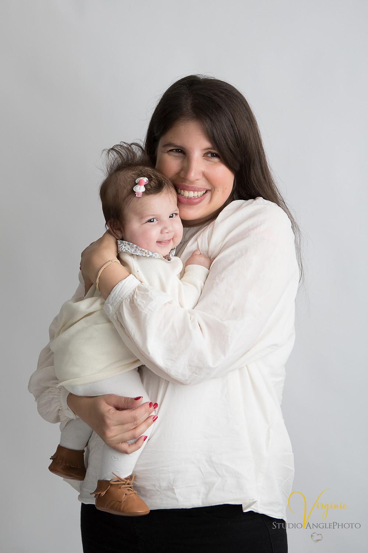 jeune maman heureuse avec sa fille