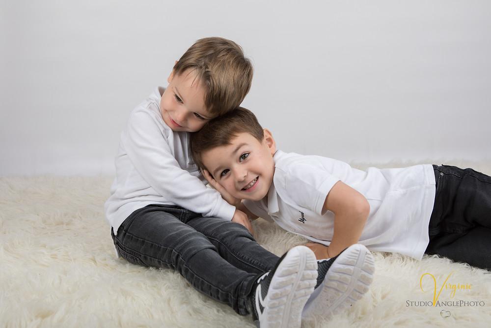un câlin entre les deux frères