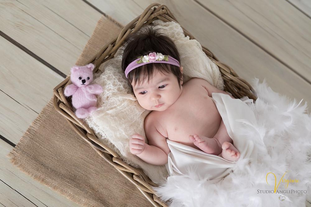 bébé fille et doudou dans une corbeille