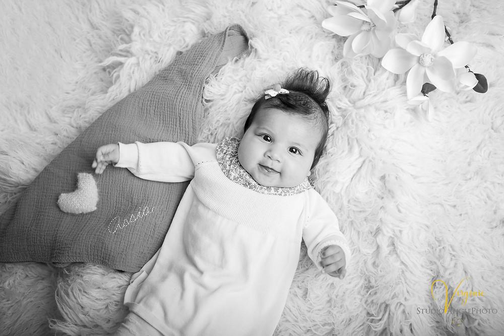regard d'une petite fille de 4 mois