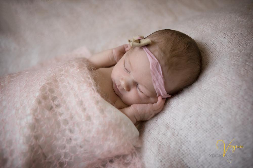 jolie petite fille avec une couverture mohair rose clair