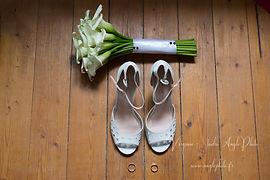 chaussures et bouquet de la mariee