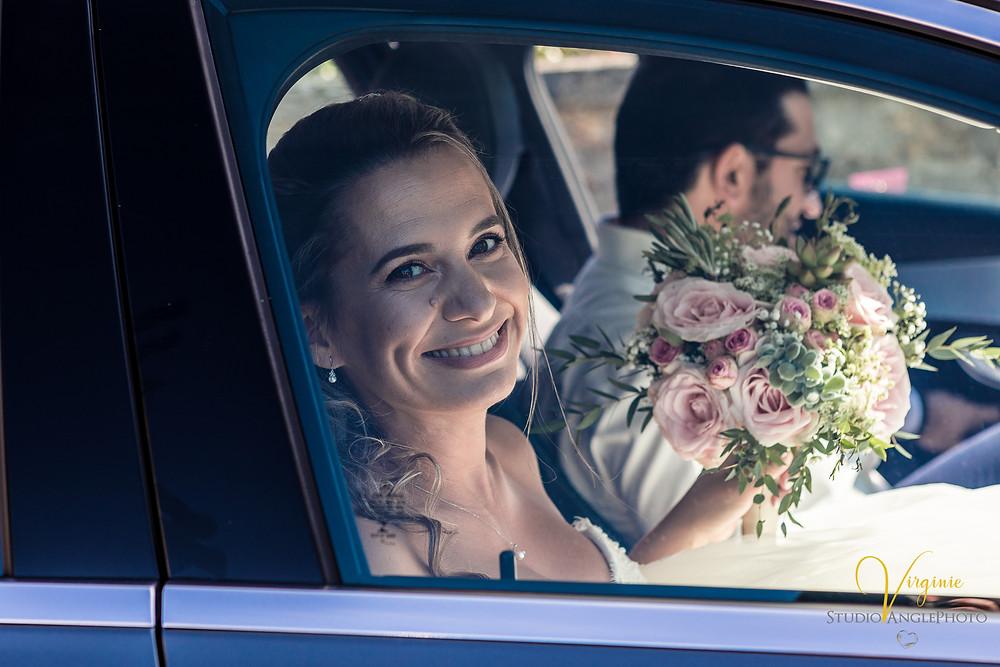 la voiture de la mariée arrive à la mairie