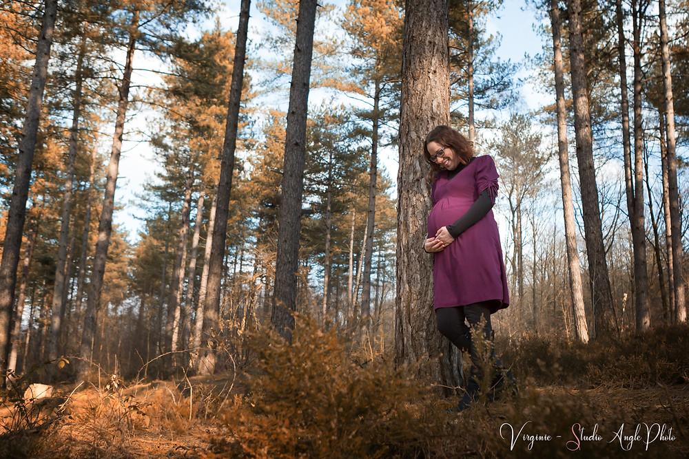 future maman rayonnante lors de sa séance photo de grossesse