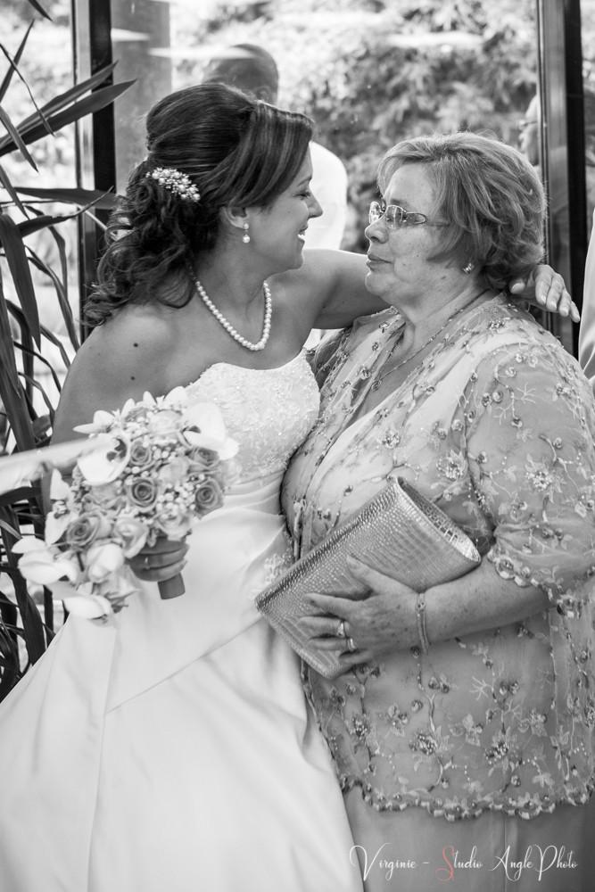 la mariée embrasse sa maman