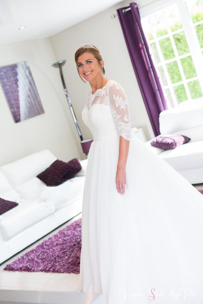 la future mariée est rayonnante dans sa robe