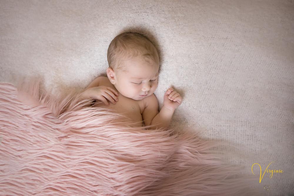 bébé fille allongée sur un canapé