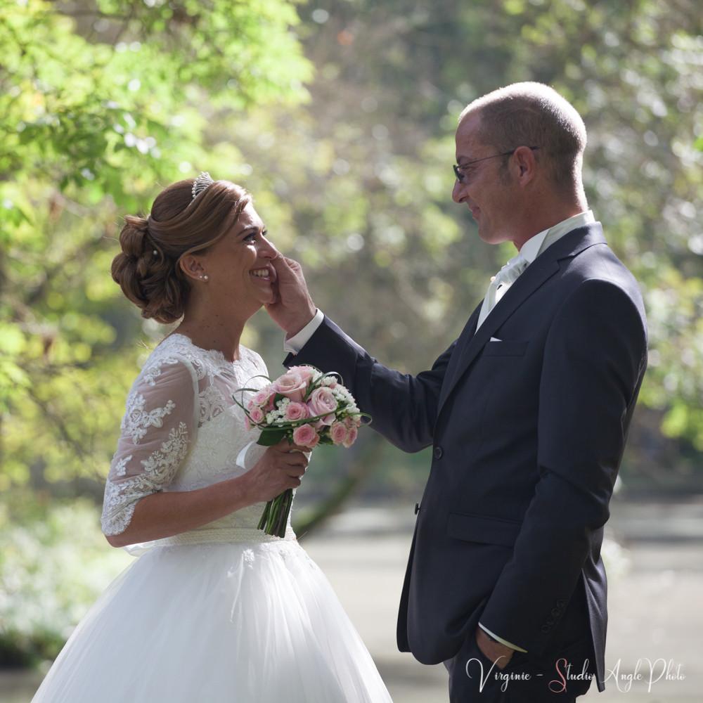 les futurs mariés se regardent plein d'émotions