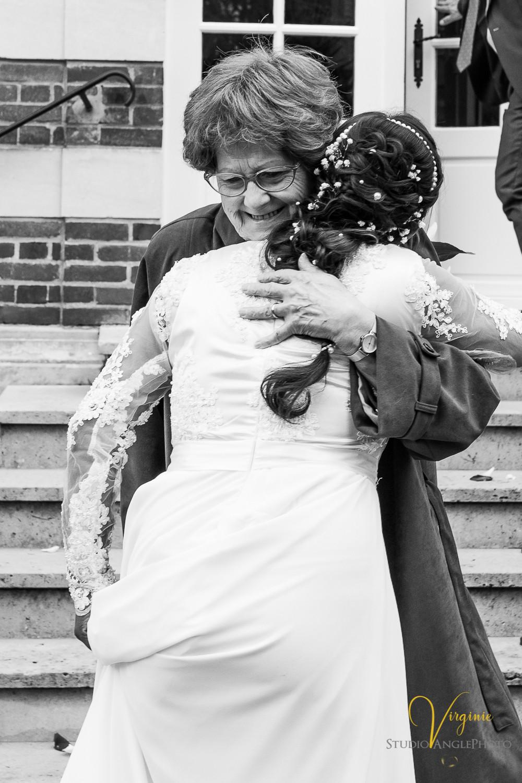 embrassade entre la mariée et une invitée à la sortie de la mairie