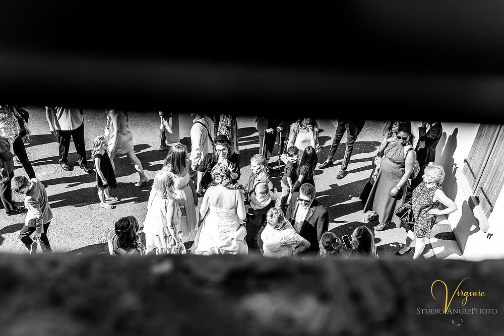 sortie des mariés et discussion avec les invités