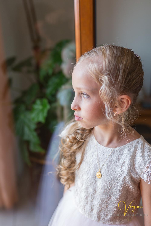 regard pensif de la fille de la mariée dans sa jolie robe à dentelle