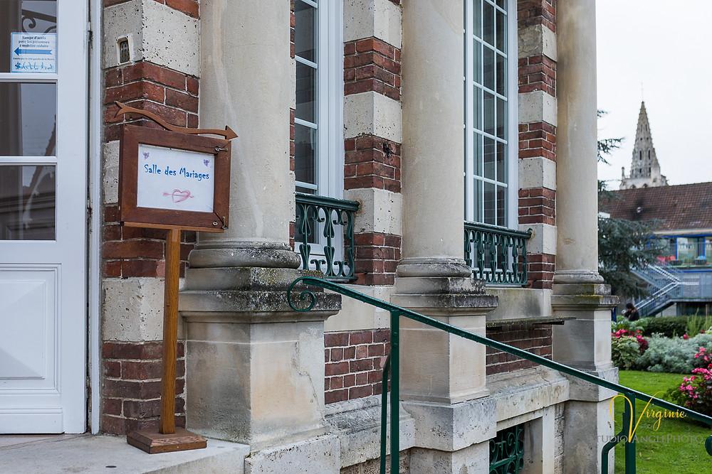 entrée de la mairie avec le panneau indiquant la salle des mariages