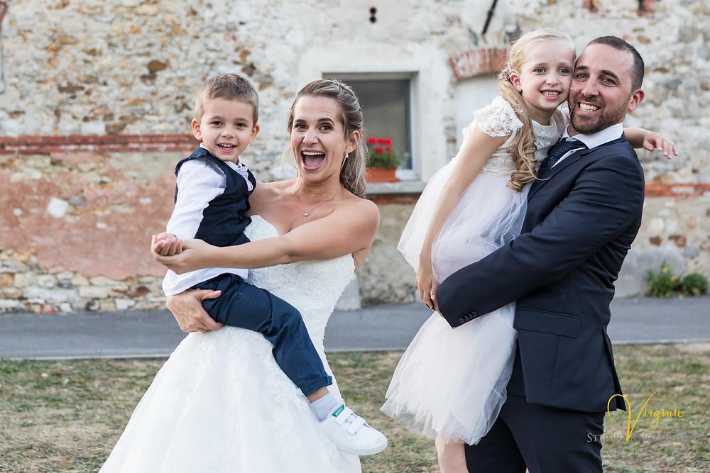 portrait à quatre en famille des mariés avec leurs deux jeunes enfants