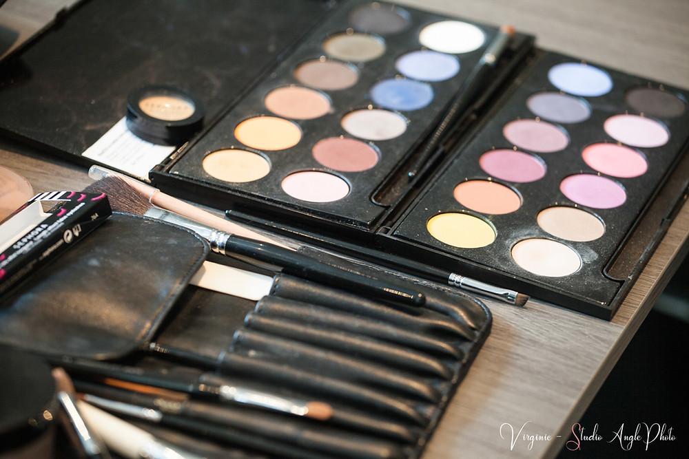 palette de couleurs et accessoires de maquillage