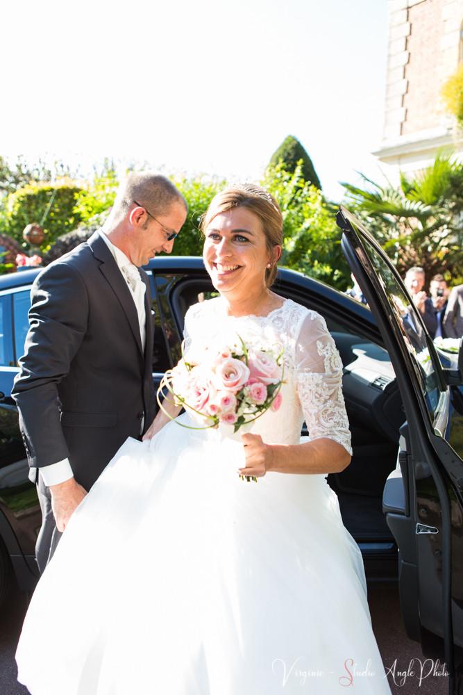 les invités découvrent la mariée dans sa robe