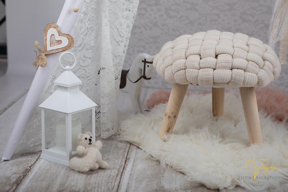 une lampe rétro et un cheval de bois pour décorer la séance photo