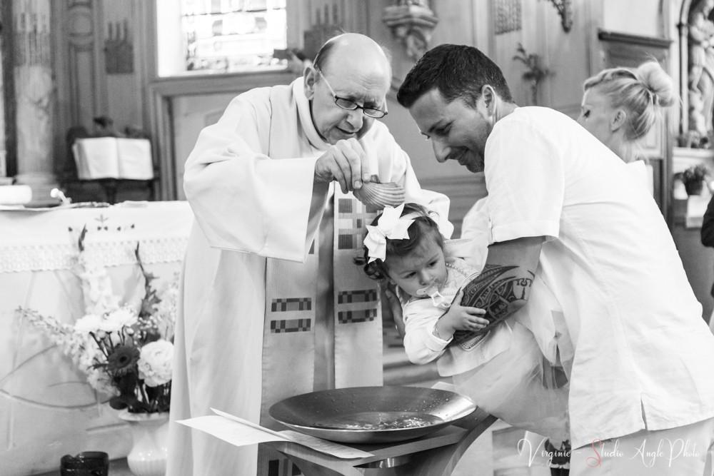 l'enfant est baptisé par le pretre